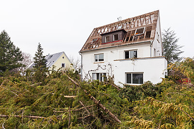 Germany, Stuttgart, demolition of a detached house - p300m1568560 by Werner Dieterich