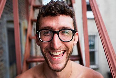 Portrait of Caucasian man on urban fire escape - p555m1303231 by Granger Wootz