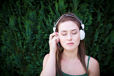 Listening to music - p1149m1590642 by Yvonne Röder