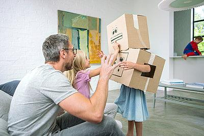 Mädchen verkleidet als Karton Monster - p1156m1591829 von miep