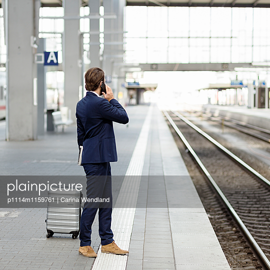 Geschäftsmann telefoniert am Bahnsteig - p1114m1159761 von Carina Wendland