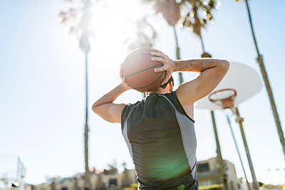 Young man practicing on outdoor court - p300m1140623 by Lighteffect