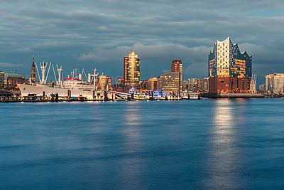 Germany, Hamburg, Harbour and Elbe Philharmonic Hall in the evening light - p300m1581060 von Kerstin Bittner