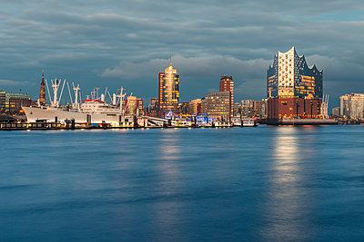 Germany, Hamburg, Harbour and Elbe Philharmonic Hall in the evening light - p300m1581060 von Kerstin Bittner