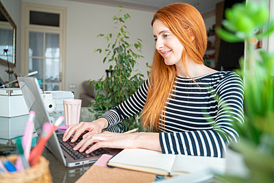 Barcelona, Spain. Young woman working from home. Homework, work from home, distance work, quarantine, videoconference, connection, job, blogger, home office - p300m2179925 von VITTA GALLERY
