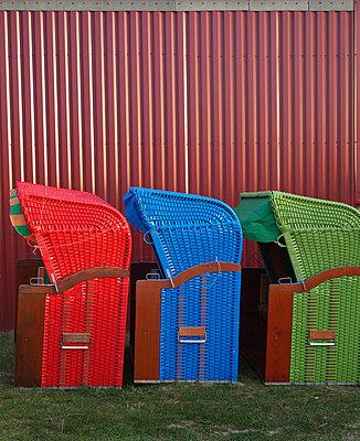 strandkoerbe warten auf die saison - p627m671148 by Hendrik Rauch
