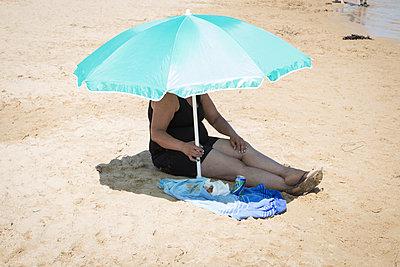 Frau unter Sonnenschirm - p1351m1194981 von Janine Meyer