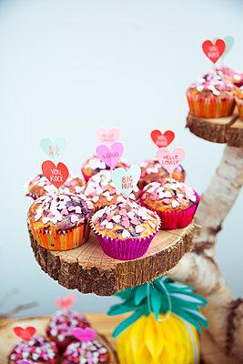 Selbstgemachte Muffins auf Hochzeitsfeier - p432m2007514 von mia takahara