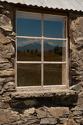 Fensterspiegelung - p470m2064971 von Ingrid Michel