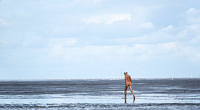 Naked tourist - p739m710192 by Baertels
