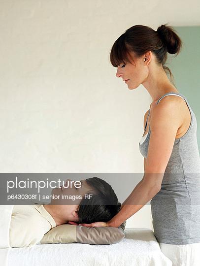 Frau bei der Reiki Behandlung  - p6430308f von senior images RF