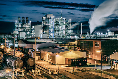 Chemical industrial plant - p401m2228391 by Frank Baquet