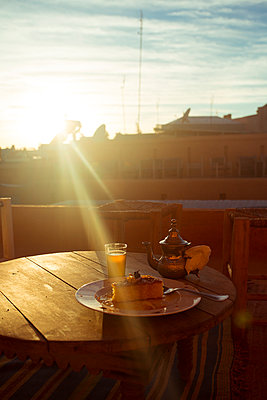 Cake and tea on the roof - p432m887254 by mia takahara