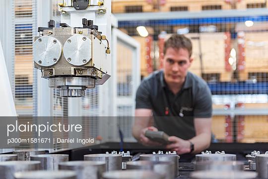 Man operating machine in factory - p300m1581671 von Daniel Ingold