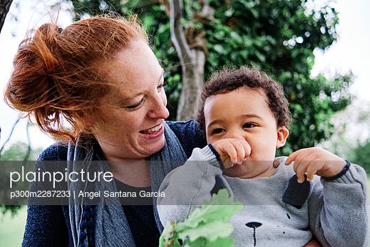 Mother looking at cute son at park - p300m2287233 by Angel Santana Garcia