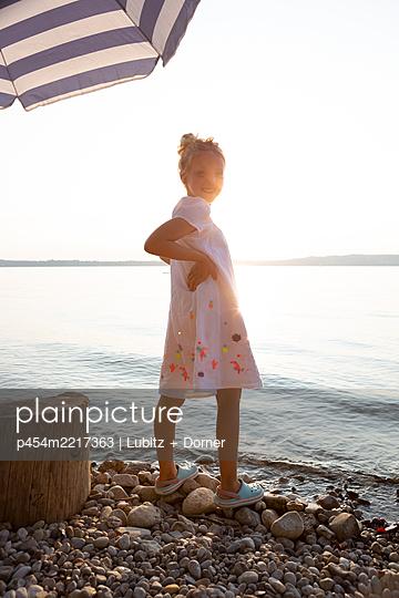 Enjoying sunset - p454m2217363 by Lubitz + Dorner