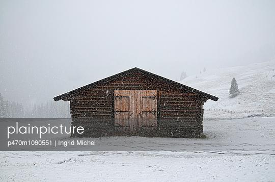 Scheune im Schneesturm - p470m1090551 von Ingrid Michel