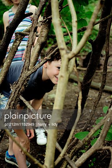 Kinder spielen im Wald - p1212m1152949 von harry + lidy