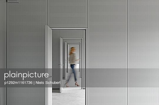 Büros mit offenen Türen  - p1292m1161736 von Niels Schubert