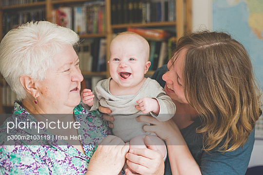 Happy grandmother and mother holding a baby girl - p300m2103119 by Irina Heß