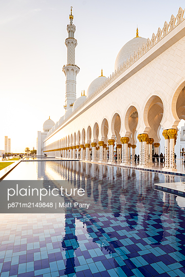 Reflections in the pools at Abu Dhabi's magnificent Grand Mosque, Abu Dhabi, United Arab Emirates, Middle East - p871m2149848 by Matt Parry