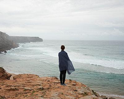Frau steht auf Klippe am Meer - p1124m1112517 von Willing-Holtz