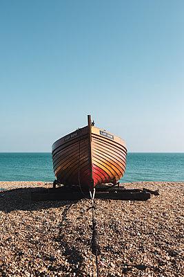 Fischerboot am Kieselstrand - p1335m1586379 von Daniel Cullen