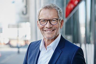 Portrait of confident businessman outdoors - p300m1191580 by Roger Richter