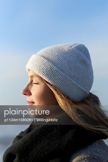 Frau mit Mütze am Meer - p1124m1589281 von Willing-Holtz