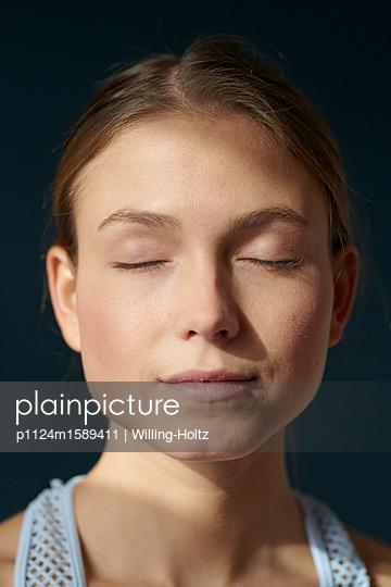 Junge Frau mit geschlossenen Augen - p1124m1589411 von Willing-Holtz