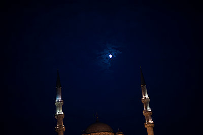 Mosque at night - p1007m959889 by Tilby Vattard