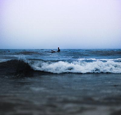 USA, California, Surfer - p1635m2237761 by Amanda Witt