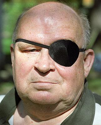 Mann mit Augenklappe - p3530150 von Stüdyo Berlin
