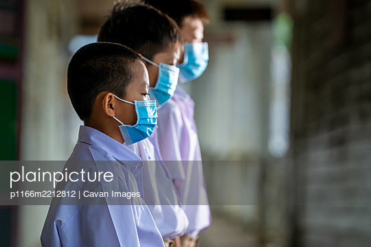 Asia student wearing protective mask to Protect Against Covid-19 - p1166m2212812 by Cavan Images