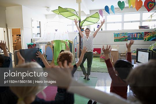 plainpicture - plainpicture p1192m1560156 - Preschool teacher and stude... - plainpicture/Hero Images