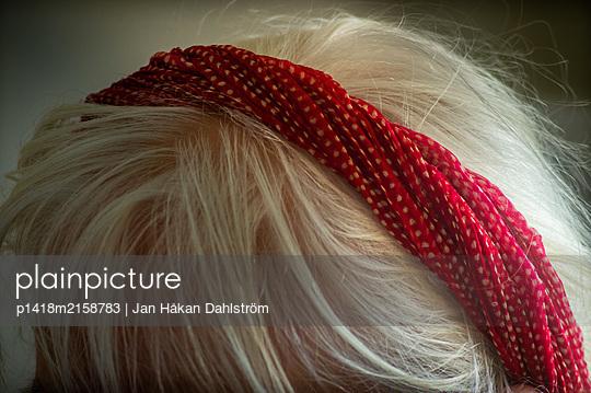 Ältere Frau mit rotem Haarband - p1418m2158783 von Jan Håkan Dahlström