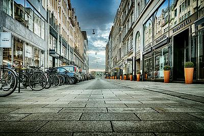 Empty pedestrian zone, downtown, Hamburg, shutdown due to Covid-19 - p1276m2178393 by LIQUID