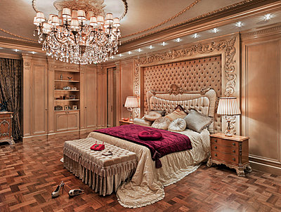 Schlafzimmer in einer Luxusvilla - p390m1115633 von Frank Herfort