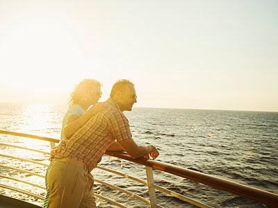 Caucasian couple admiring view from boat deck - p555m1415847 by Erik Isakson