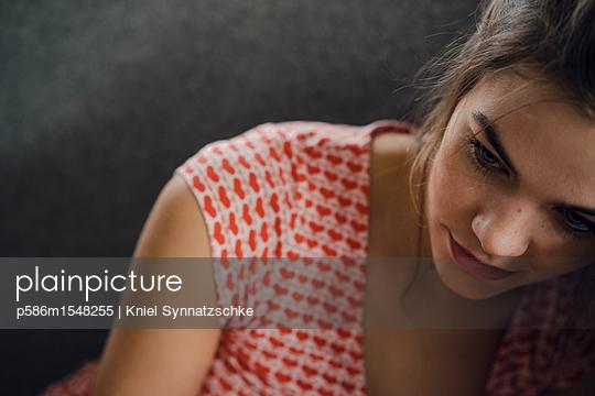 Junge Frau blickt nachdenklich - p586m1548255 von Kniel Synnatzschke