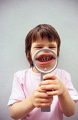 Little boy showing his teeth - p0450504 by Jasmin Sander