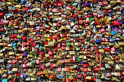 Vorhängeschlösser als Zeichen für die ewige Liebe - p229m1048675 von Martin Langer