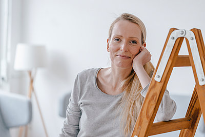 Portrait of blond woman leaning on a ladder - p300m1550097 by Kniel Synnatzschke