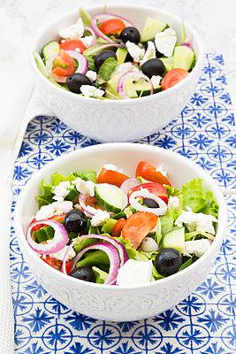 Two bowls of Greek salad - p300m2023446 von Larissa Veronesi