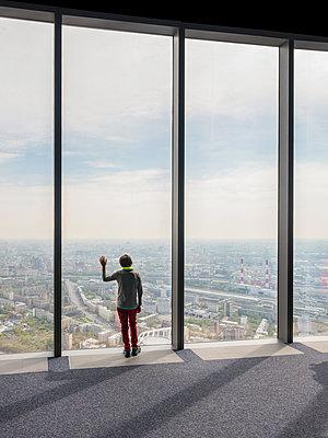 Aussicht aus einem Hochhaus in Moskau - p390m2013425 von Frank Herfort