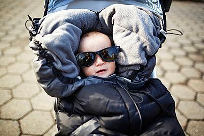 Kleiner Junge im Buggy - p584m960087 von ballyscanlon