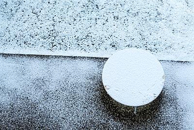 Schneebedeckter Gartentisch - p739m1118939 von Baertels