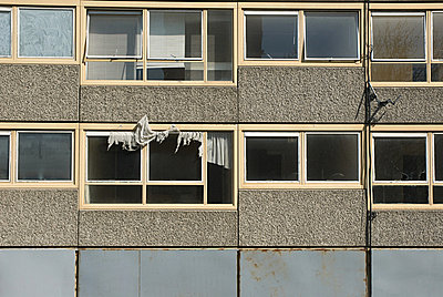 Deserted flats on Heygate Estate, South London - p9245068f by Image Source