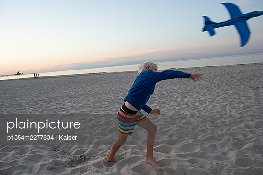 Germany, Mecklenburg-Vorpommern, A boy playing on the beach - p1354m2277834 by Kaiser