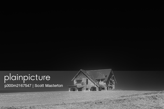 New Zealand, Abandonded house at night - p300m2167547 by Scott Masterton